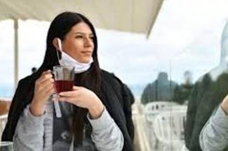 Retirar el cubrebocas para beber líquidos, fumar o hablar por teléfono, errores que representan riesgo alto de contagio